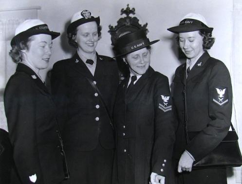 WAVES posing with WWI Veteran.